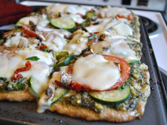Olvídate del invierno: Pizza de zuchini con pesto